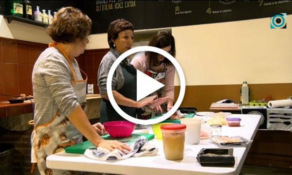 La cuinera reusenca Mariona Quadrada es posa al capdavant del taller de cuina que organitza l'Àrea de Formació
