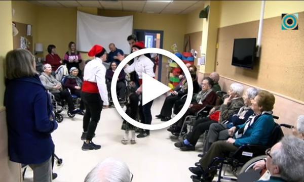 En Lluquet, en Rovelló i en Jeremies visiten els residents del Vilar dins l'activitat del tastet de lectures