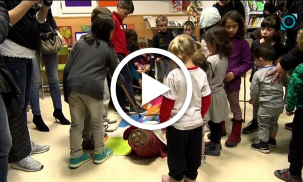 Els petits lectors de la Biblioteca infantil fan cagar el Tió després del contacontes nadalenc