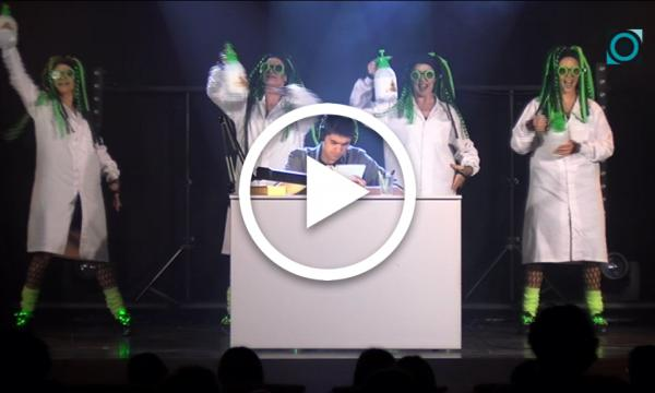 """L'espectacle """"Cibernètic"""" reflexiona sobre l'ús correcte de les tecnologies a través de la màgia, el teatre i la dansa"""