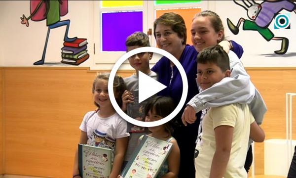L'autora Gemma Lienas comparteix una estona de tertúlia literària amb els joves lectors selvatans