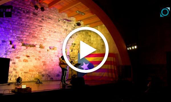 La música reivindicativa de Pau Alabajos centra la celebració del quart aniversari de l'1 d'octubre